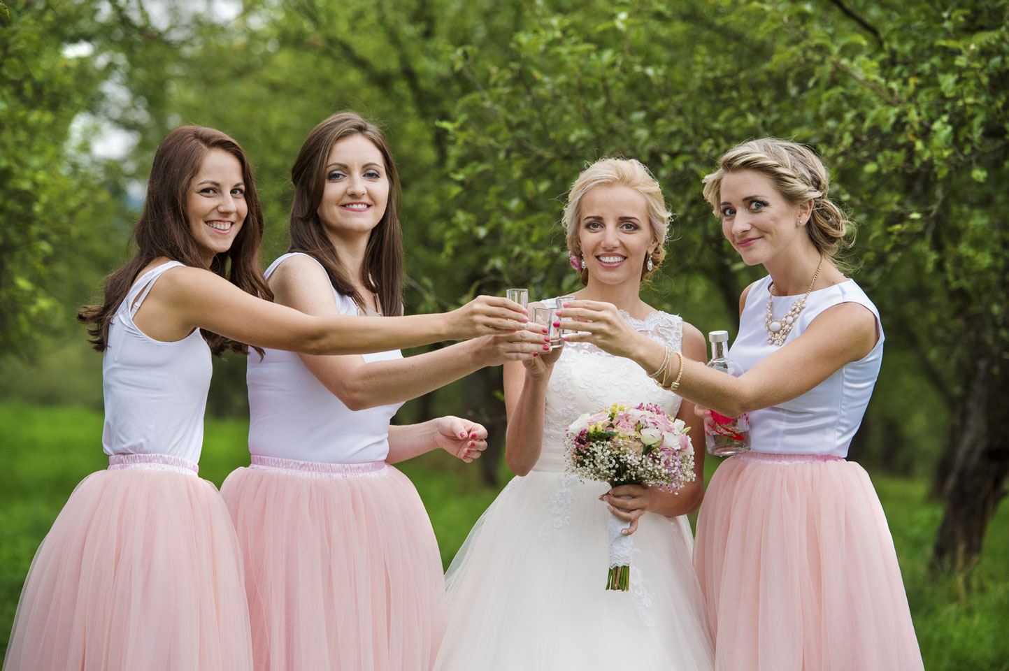 Bride-with-bridesmaids-000083081117_Medium.jpg