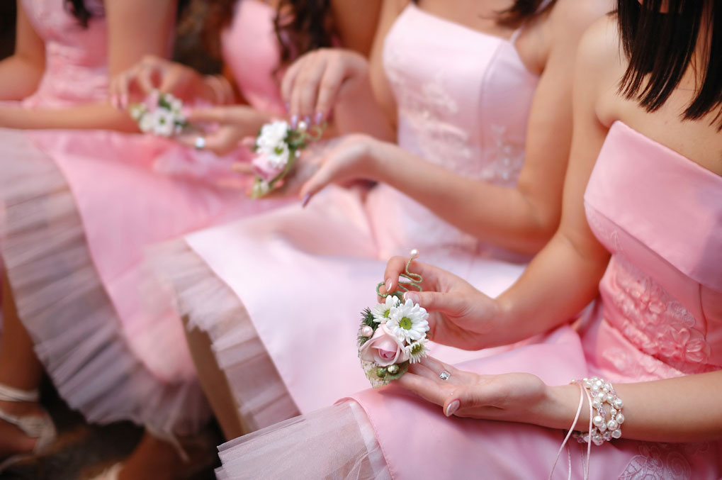 Bridesmaids-With-Bouquets-000023794495_Medium.jpg