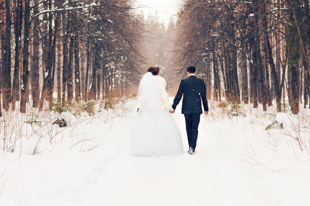 bride-and-groom-in-the-winter-woods-000077203257_Medium.jpg